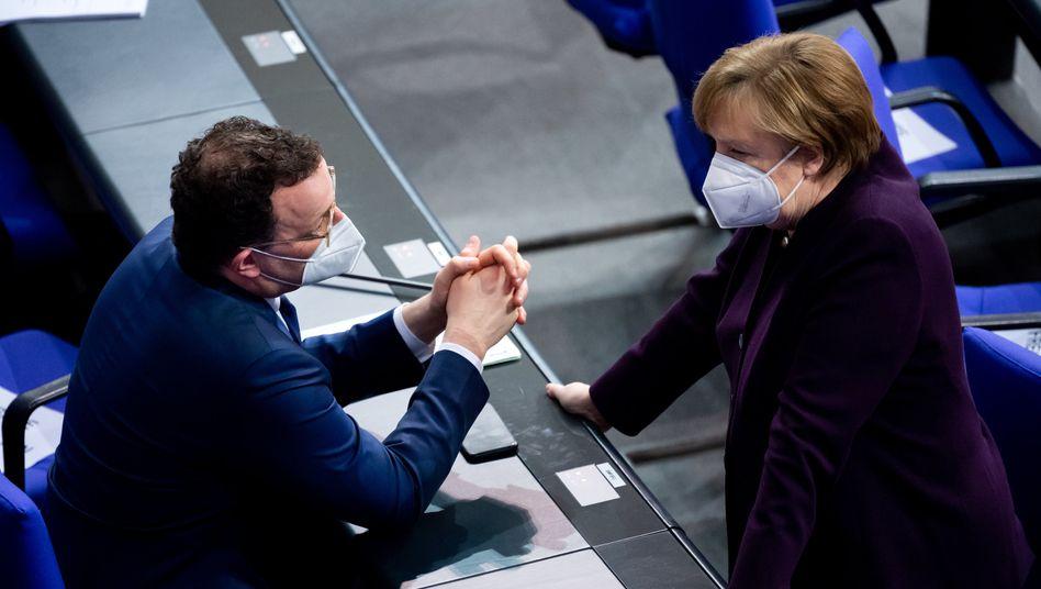 Jens Spahn und Angela Merkel im Bundestag