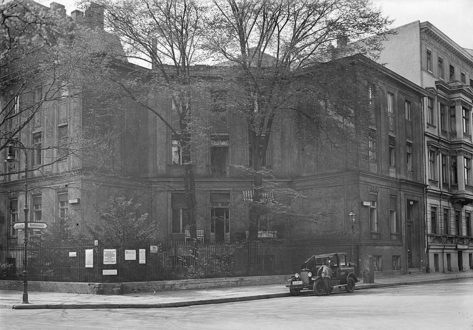 Berlin. Institut für Sexualwissenschaft, In den Zelten 10, das von Dr. Magnus Hirschfeld 1919 gegründet wurde