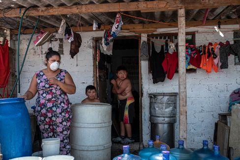 Eine Familie vor ihrem Haus in Mexiko-Stadt