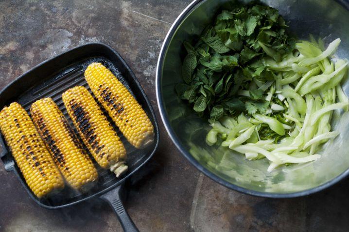 Mais mit Zebrastreifen: Dazu gibt's Salat