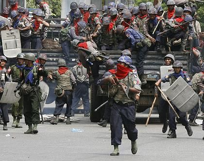 Riot police and military personnel crack down on the protests in Yangon last week. There are reports of a brutal crackdown at night, with hundreds of people killed.