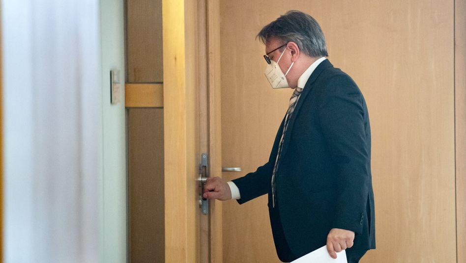 CSU-Abgeordneter Nüßlein vor seinem Abgeordnetenbüro im Bundestag, während es von Ermittlern durchsucht wird