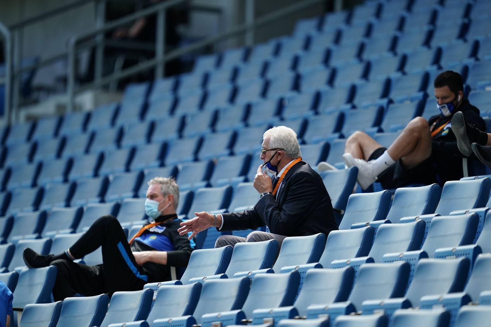 Fussball Funktionsteam von Hertha BSC Berlin auf der Tribuene mit Mundschutz Sinsheim, 16.05.2020, Fussball Bundesliga,