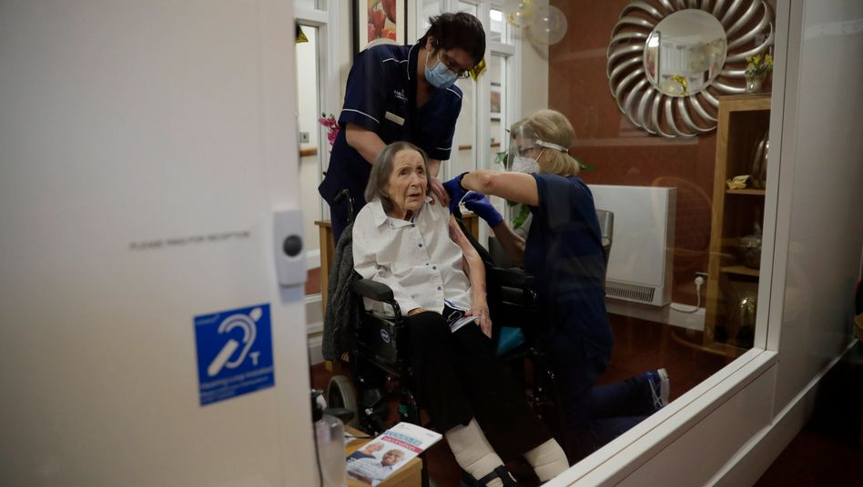 Die Bewohnerin eines Londoner Pflegeheims bekommt die erste von zwei Impfdosen