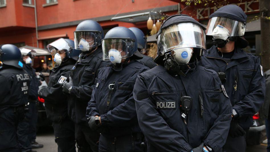 Polizisten bei einer Demo gegen Corona-Beschränkungen in Berlin
