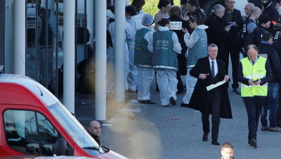 Französischer Staatsanwalt Francois Molins mit Polizeibeamten am Tatort in Trèbes