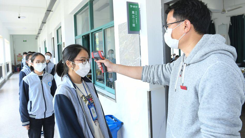 Fieber messen vor dem Unterricht: Schüler in Shanghai und Peking dürfen wieder zum Unterricht (Symbolbild)