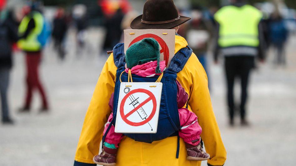 Eine Frau in Deutschland protestiert gegen die Impfung