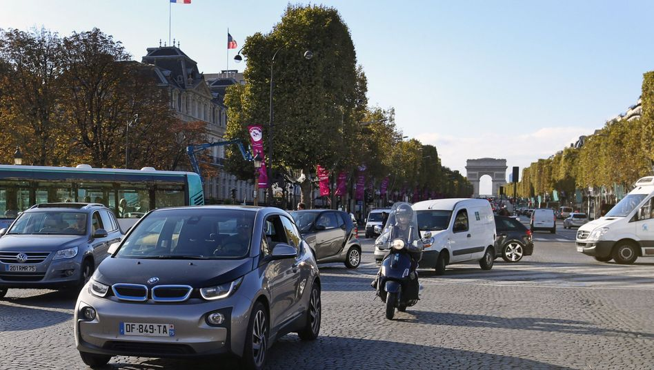 Verkehr nahe den Champs Élysées in Paris