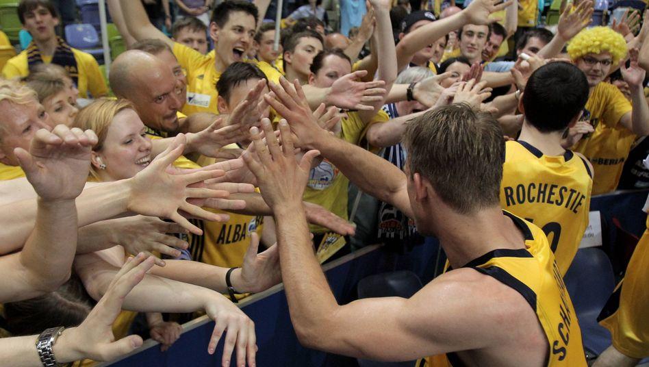 Jubelnde Alba-Spieler mit Fans: Erstmals seit 2008 wieder im Endspiel
