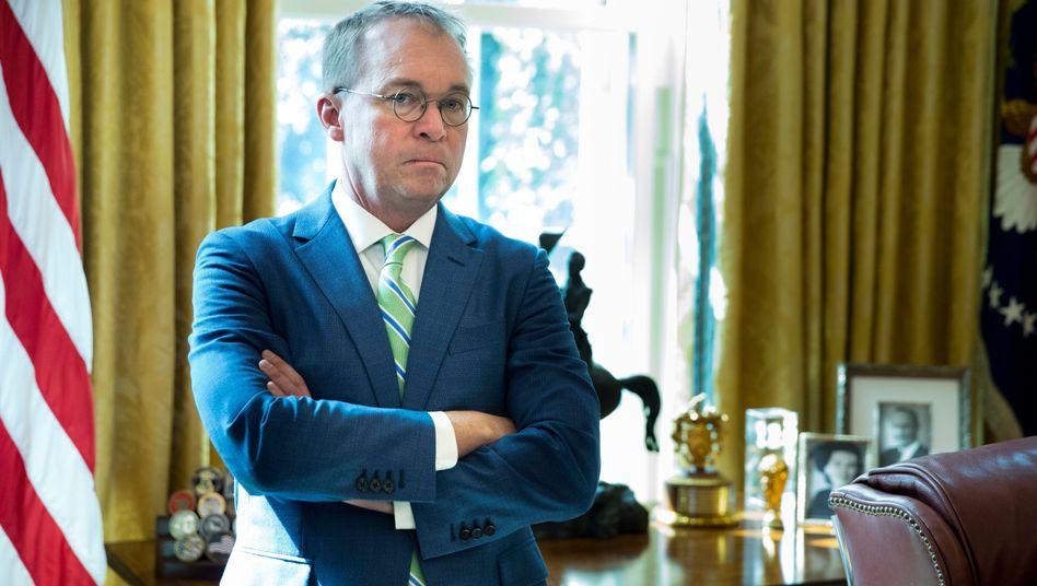 Mick Mulvaney steht im Oval Office