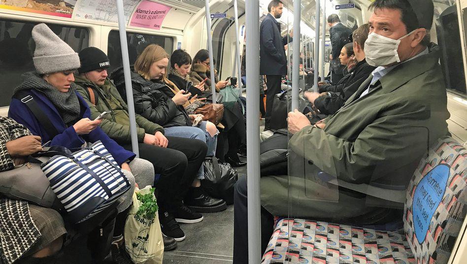 """Mann mit Mundschutz in der Londoner U-Bahn: """"Die richtigen Maßnahmen zur richtigen Zeit"""""""