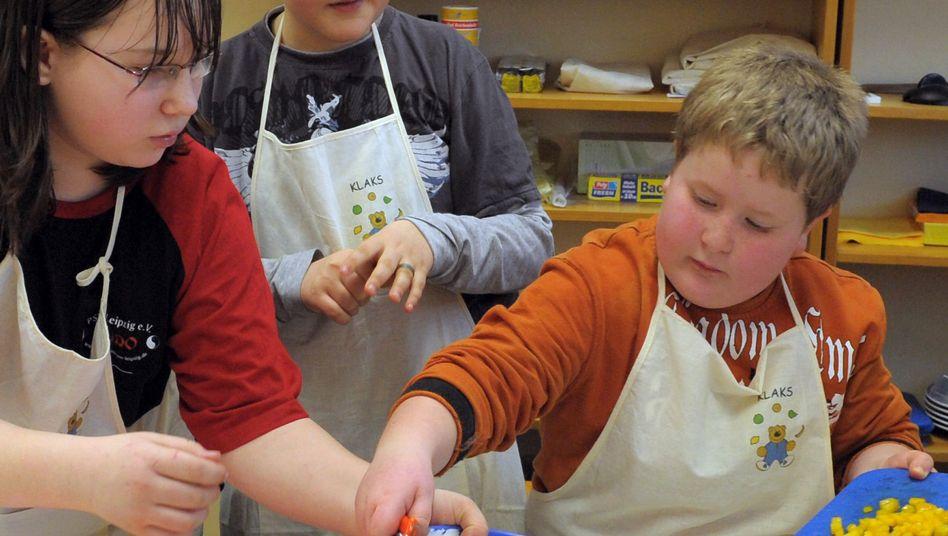 Kinder beim Kochen.
