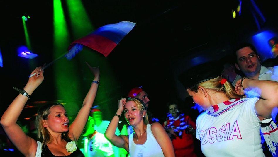 Russische Touristinnen in einer Tiroler Discothek: 40 Privatjets landen an einem Tag