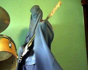 Burka-Band-Gitarristin (im Videoclip): Spiel mit Masken und Verkleidungen