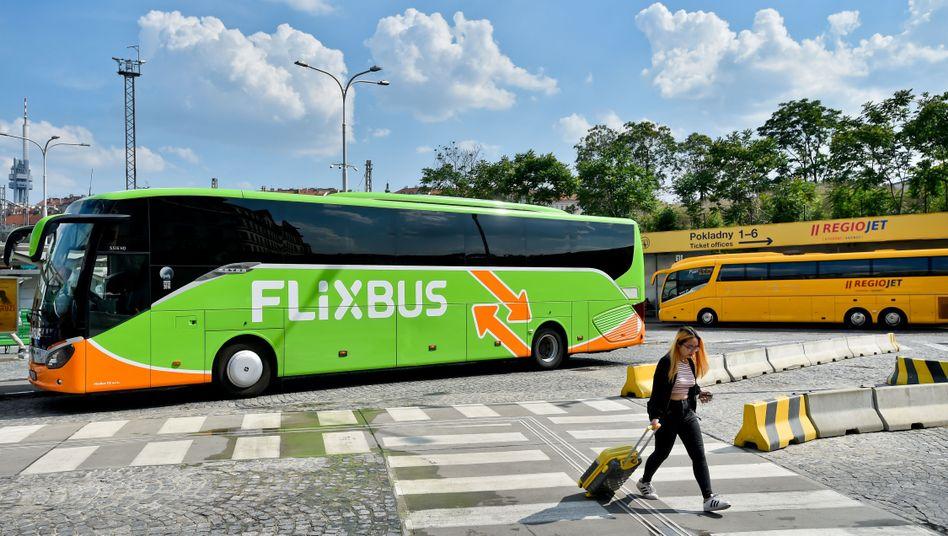 Flixbus in Prag (Symbolbild): Die Gesellschaft streicht die einzige E-Bus-Strecke in Deutschland