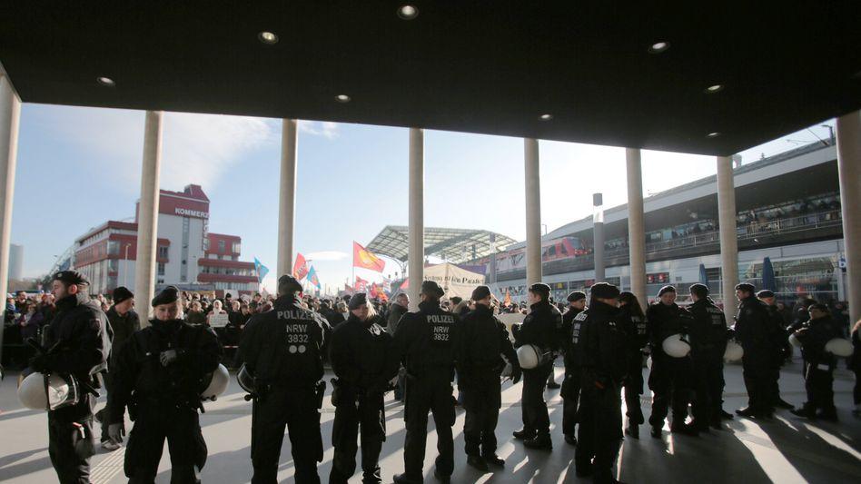Polizisten am Kölner Hauptbahnhof: Zwei Demonstrationen auf einmal