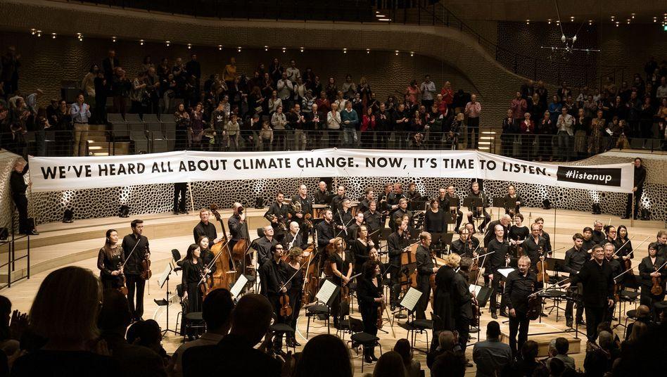 Spruchband in der Elbphilharmonie: Zwischendurch gab es immer wieder Beifall