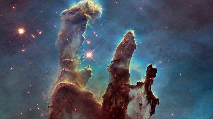 Die Pillars of Creation, die Säulen der Schöpfung, gehören zu den bekanntesten Aufnahmen von »Hubble«. Die gigantischen Wolken aus kaltem Wasserstoffgas liegen im rund 7000 Lichtjahre entfernten Adlernebel. Das linke Bild ist im Bereich des für uns sichtbaren Lichts entstanden, das rechte im Infrarotbereich.