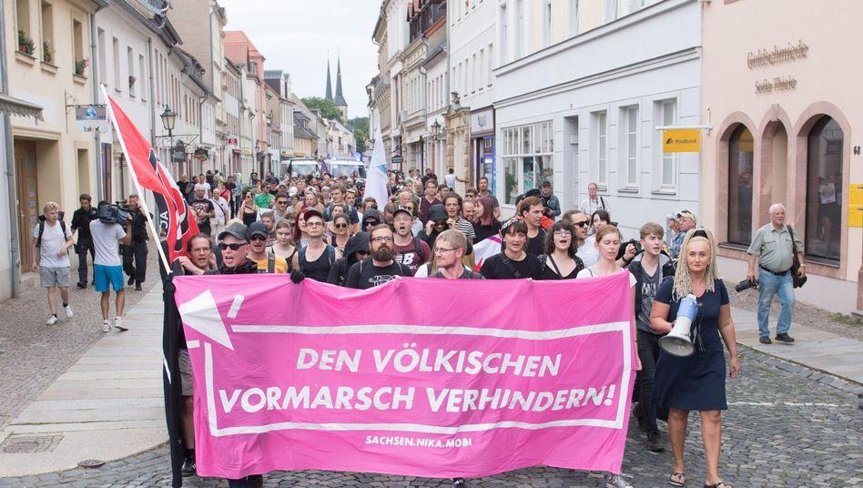 Demonstranten gehen in Grimma gegen einen Auftritt von Björn Höcke auf die Straße