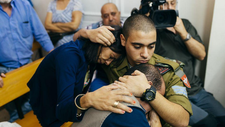 Angeklagter Azaria und seine Eltern vor Gericht