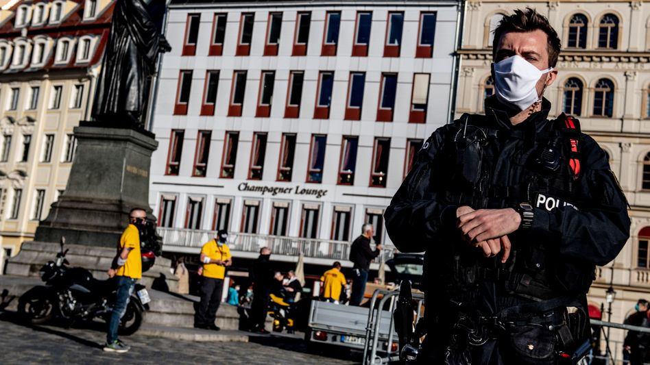 Polizist am Rande der Pegida-Kundgebung: 15 Teilnehmer waren zugelassen