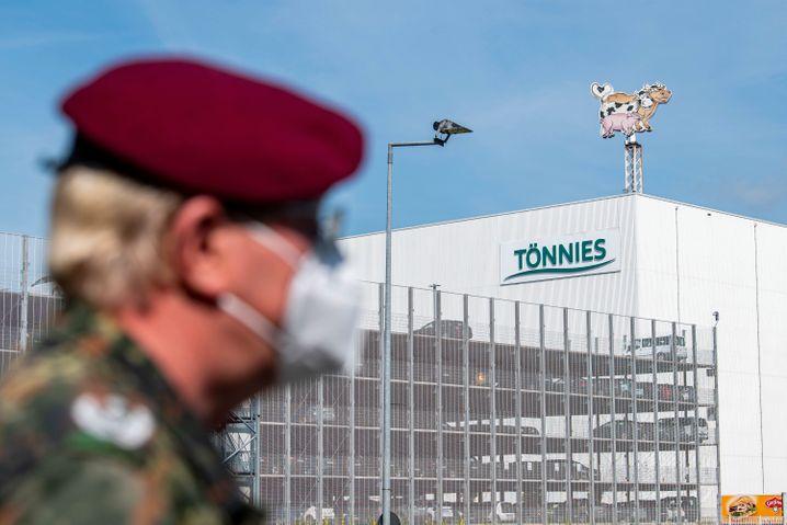Rheda-Wiedenbrück: Ein Soldat der Bundeswehr vor dem Gebäude der Fleischfabrik Tönnies