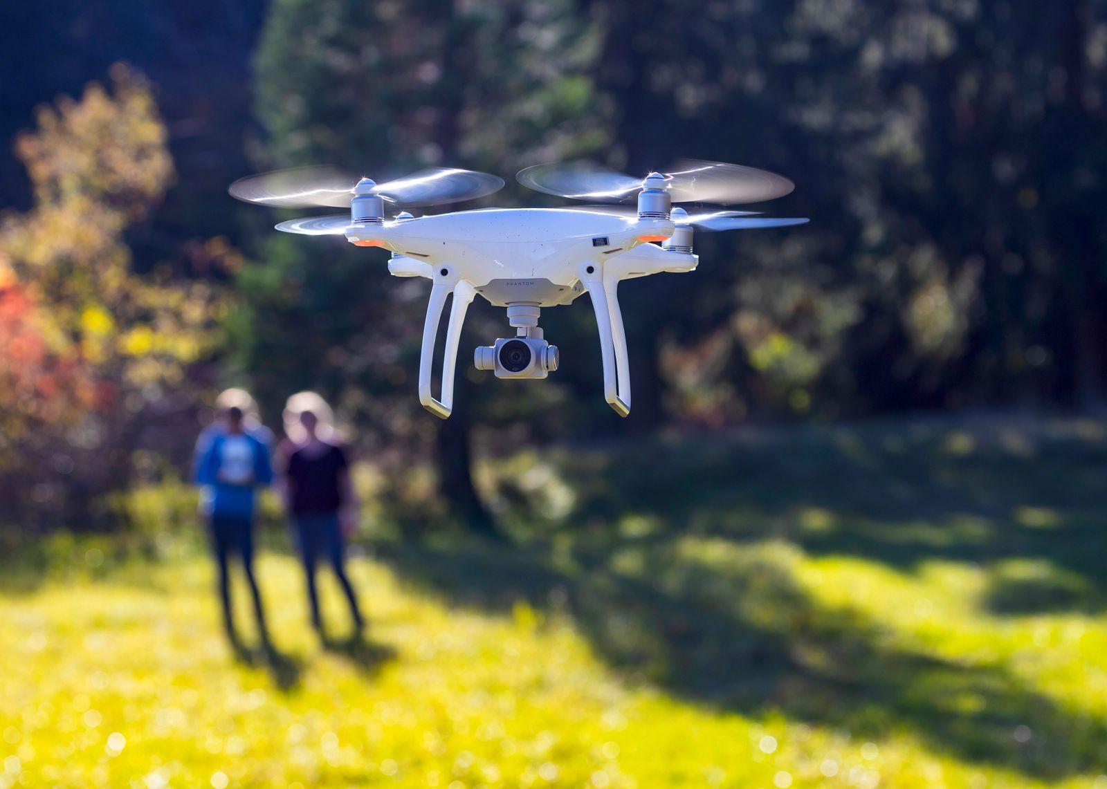 DEU; Deutschland, Baden-W¸rttemberg, M¸nsingen, 26.10.2019: Fliegende Drohne DJI Phantom. M¸nsingen Schw?bische Alb. ***