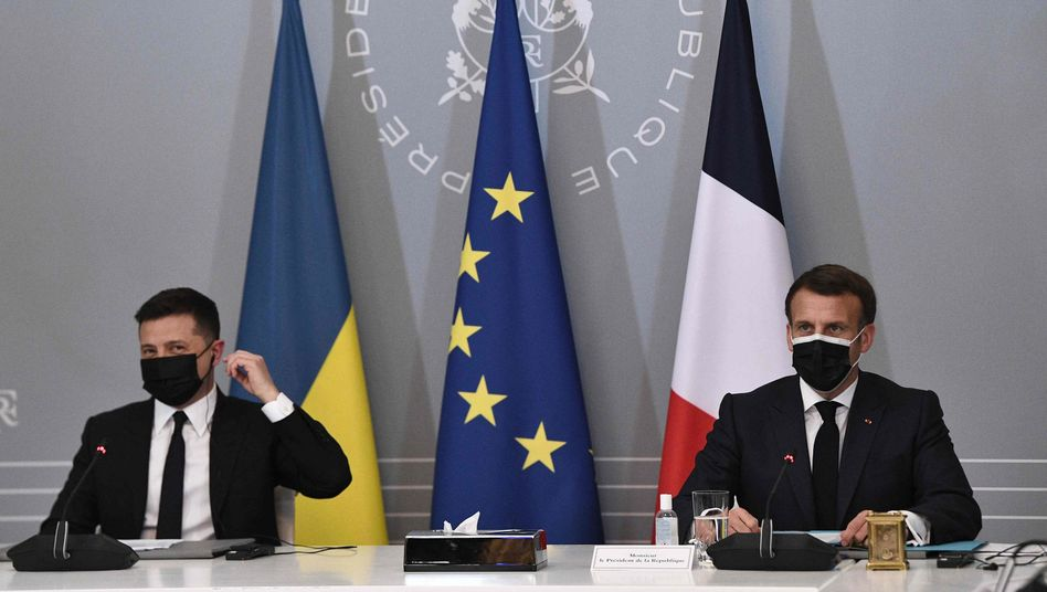 Der ukrainische Präsident Wolodymyr Selenskyj (l.) mit seinem französischen Amtskollegen Emmanuel Macron in Paris
