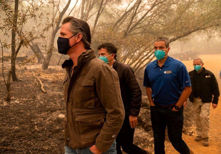 Kaliforniens Gouverneur Gavin Newsom macht sich in Butte County ein Bild von den Schäden