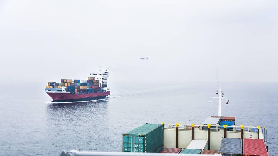 Containerschiff und Flugzeug (Archivbild): Emissionen um 80 Prozent gestiegen