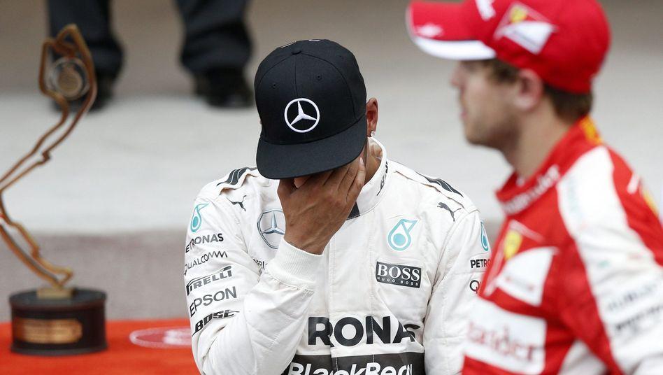 Formel-1-Pilot Lewis Hamilton (l.): Technisch richtig, gesellschaftlich falsch