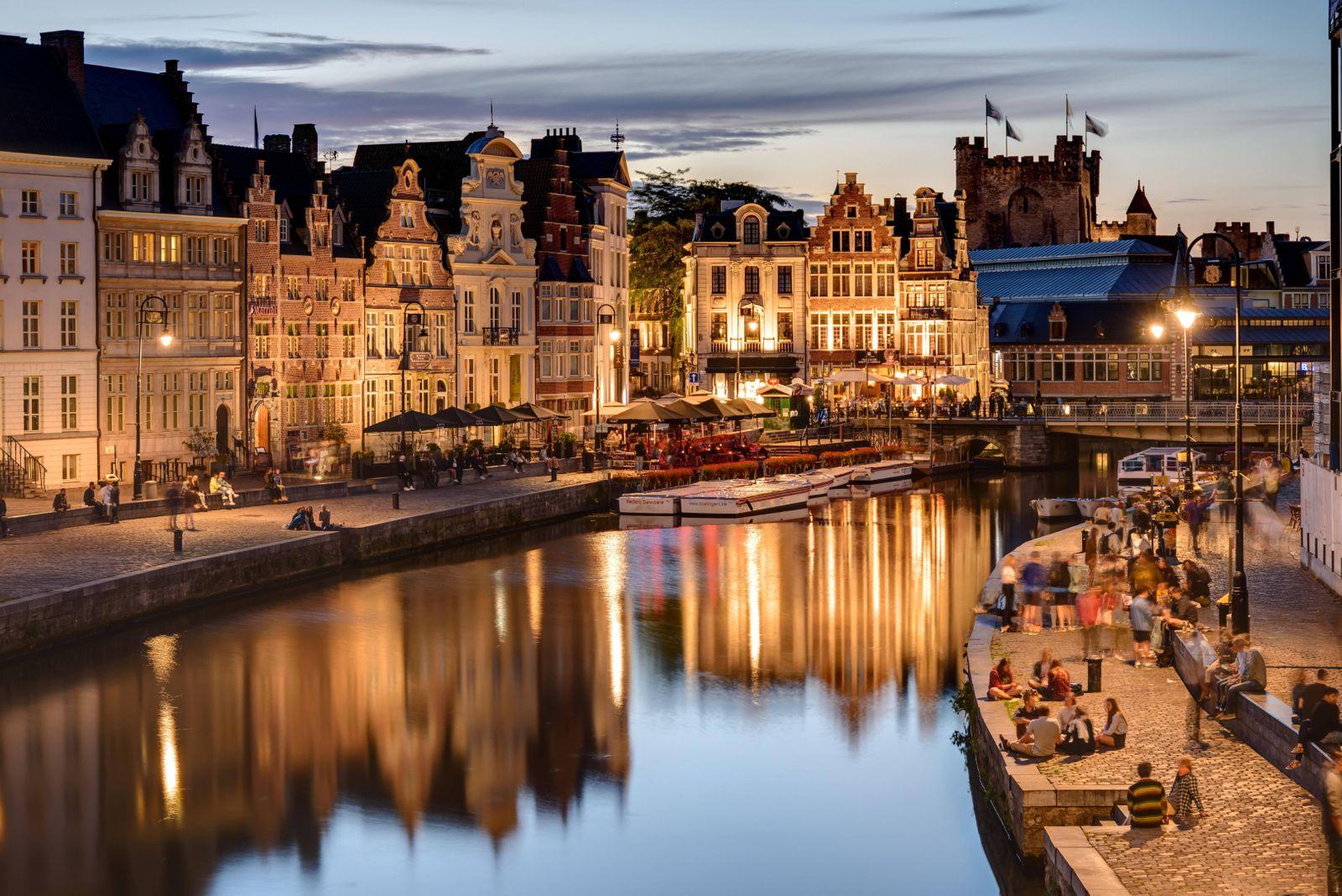 historisches Zentrum am Abend, Burg Gravensteen im Hintergrund, Belgien, Gent historical centre, in the evening, castle
