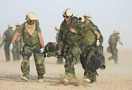 Schlacht um Nassirija: Ein verletzter US-Soldat wird nach der Attacke auf einen Truppentransporter versorgt