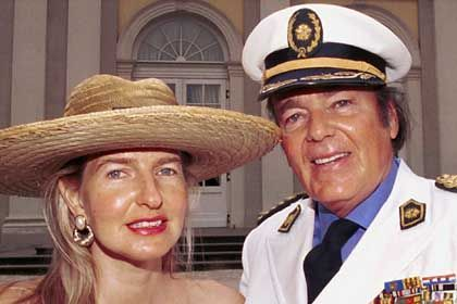 Ehefrau Christina, Konsul Weyer: Bank verklagt