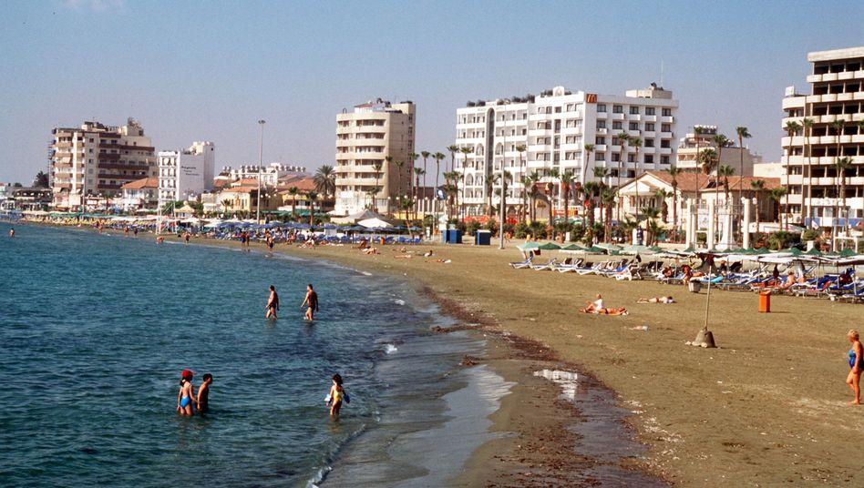 Badestrand vor der Stadt Larnaka auf Zypern (Archivbild)