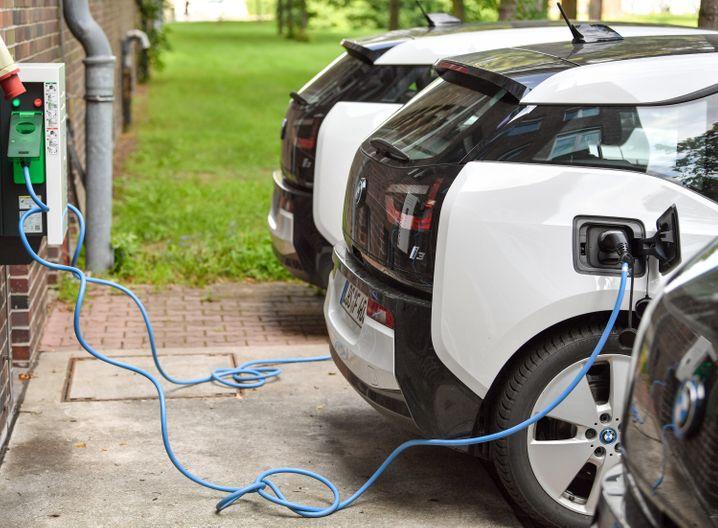 Elektrofahrzeuge an einer Ladestation
