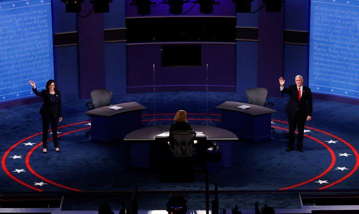 Winken ins Publikum: Die Kandidaten betreten die Bühne