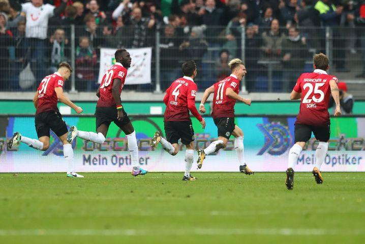96-Spieler beim Torjubel gegen Dortmund