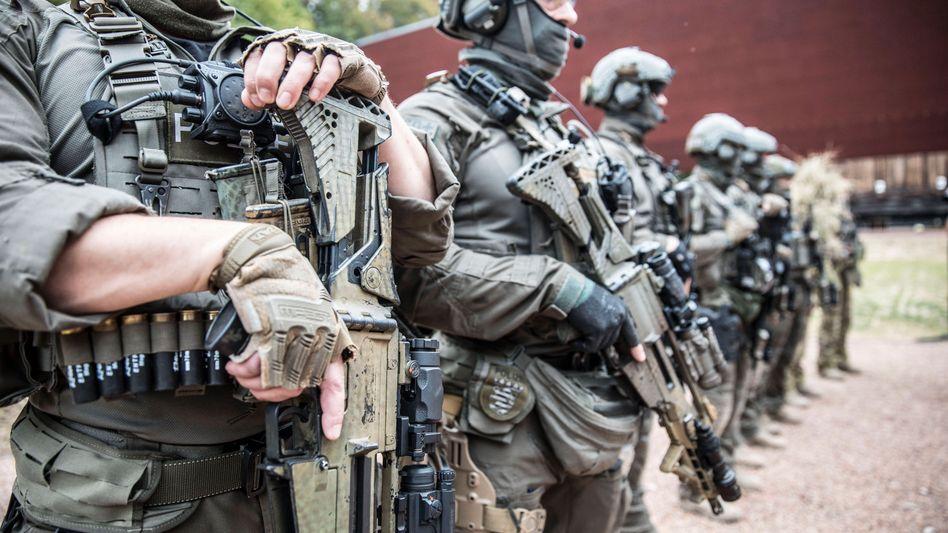 SEK-Mitglieder auf Schießstand in hessischem Lorch: Innerhalb der Polizei genießen sie den Ruf einer Elitetruppe