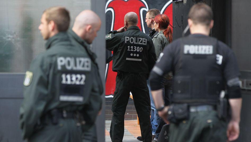Polizisten bei der Razzia in Berlin: Die Rocker waren gut auf den Einsatz vorbereitet