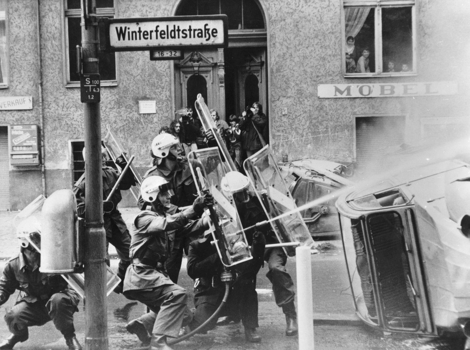 Hausbesetzungen Berlin, Strassenschlacht zwischen Demonstranten und der Polizei am Winterfeldplatz.
