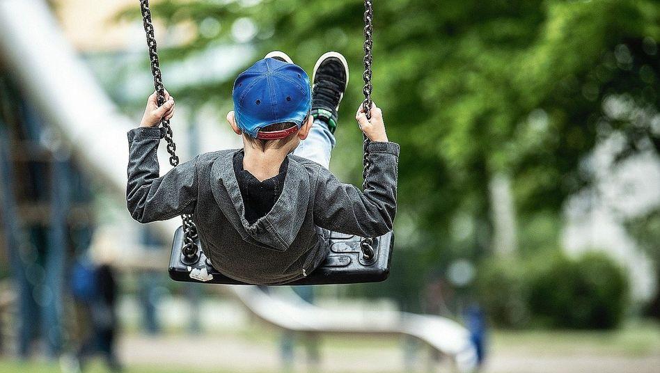 Junge auf einem Spielplatz in Hamburg:Bewegung als Hausaufgabe