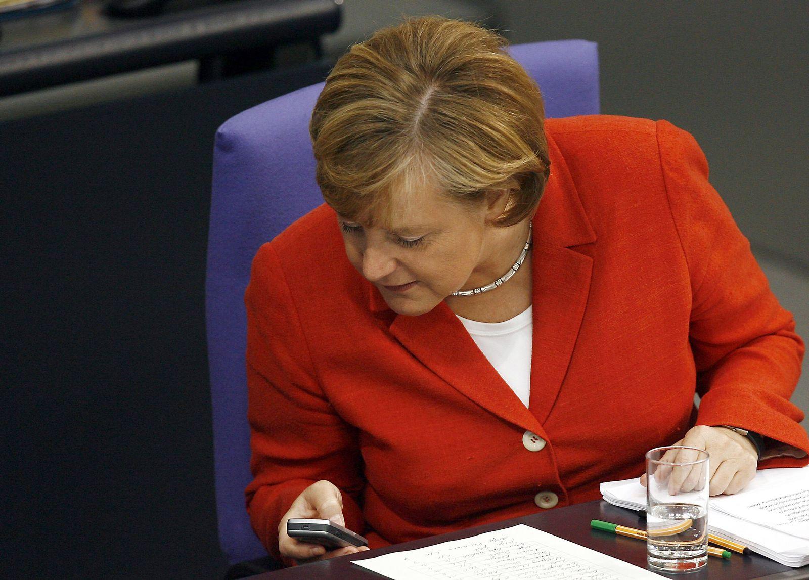 Politiker am Telefon / Merkel