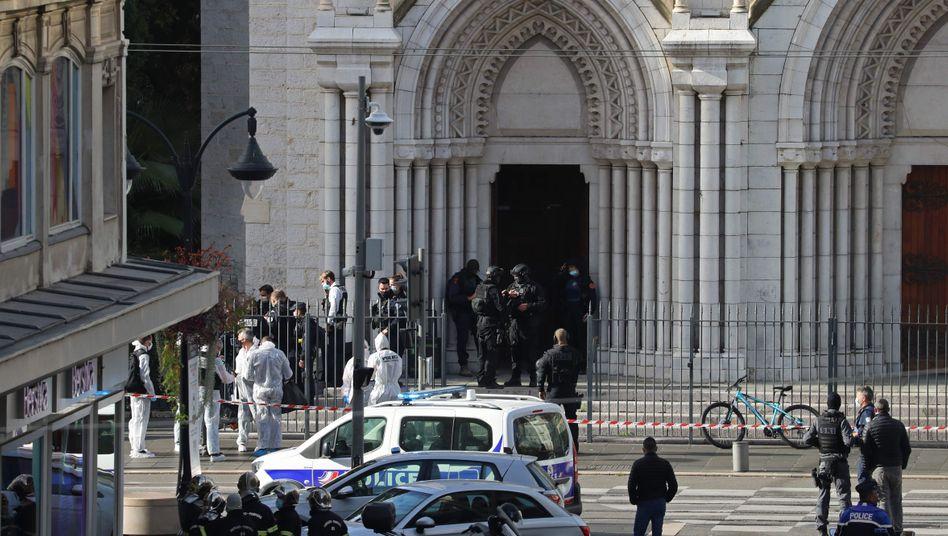 Tödliche Attacke in Nizza: Einsatzkräfte am Tatort