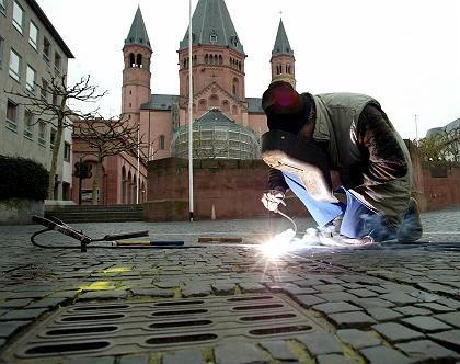 Vor dem Mainzer Dom: Gullydeckel werden als potenzielle Bombenverstecke zugeschweißt