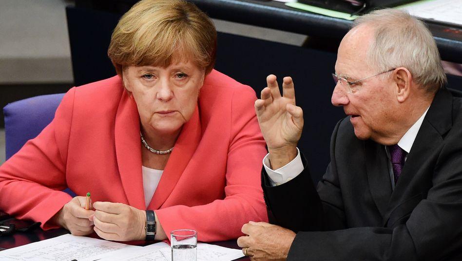 Kanzlerin Merkel, Finanzminister Schäuble: Schuldenschnitt durch die Hintertür