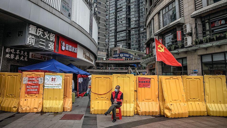 """Sicherheitsmann vor Straßenabsperrung in Wuhan:""""Es ist bitter, dass sie jetzt weltweit den Ruf einer Seuchenstadt"""