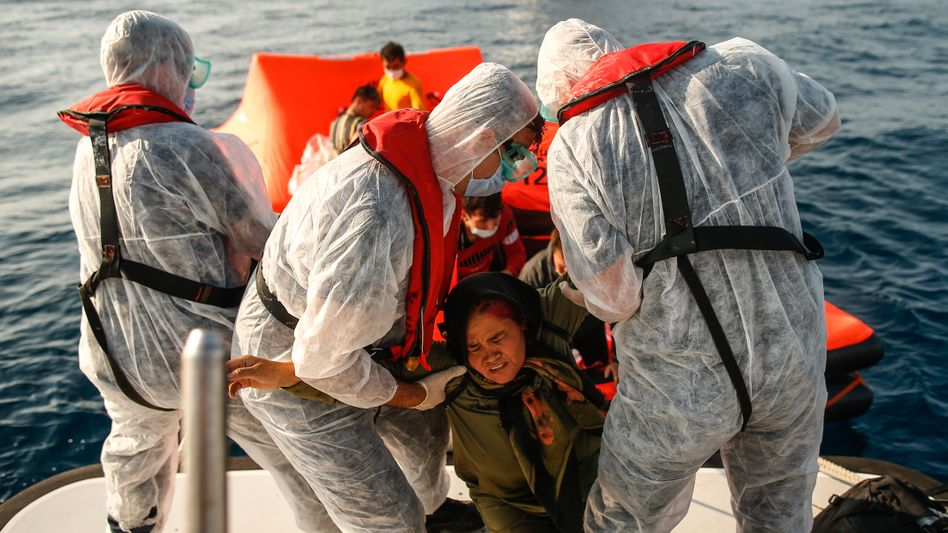 Die türkische Küstenwache rettet eine Frau in der Ägäis. Immer wieder werden Schutzsuchende illegal aus Griechenland in die Türkei abgeschoben.