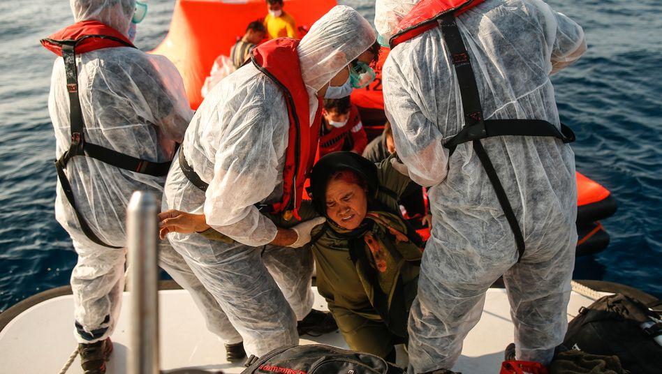 Türkische Grenzbeamte retten Schutzsuchende